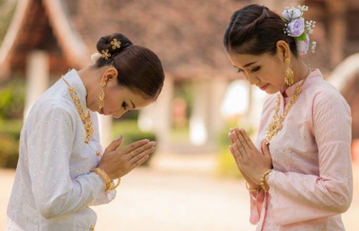 Nên để tay trước ngực để chào người Thái Lan Nên để tay trước ngực để chào người Thái Lan