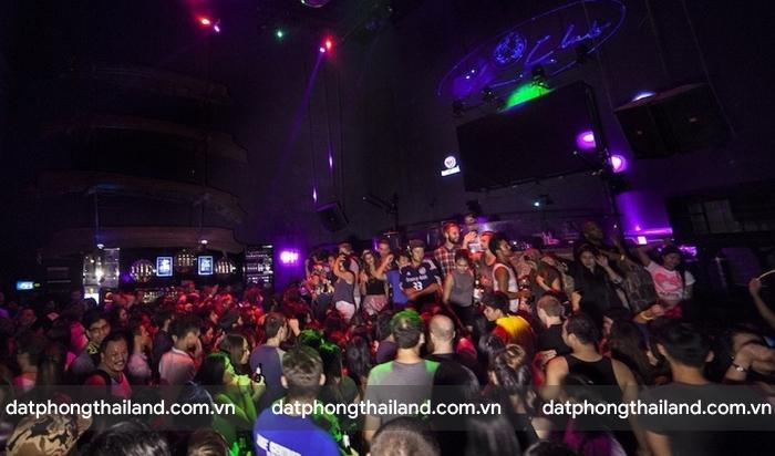 Club trong phố Khaosan cực kì đông khách mỗi khi về đêm